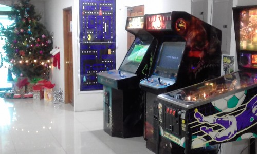 MERRY-CHRISTMAS-CALL-CENTER-GAME-ROOM-PINBALL.jpg